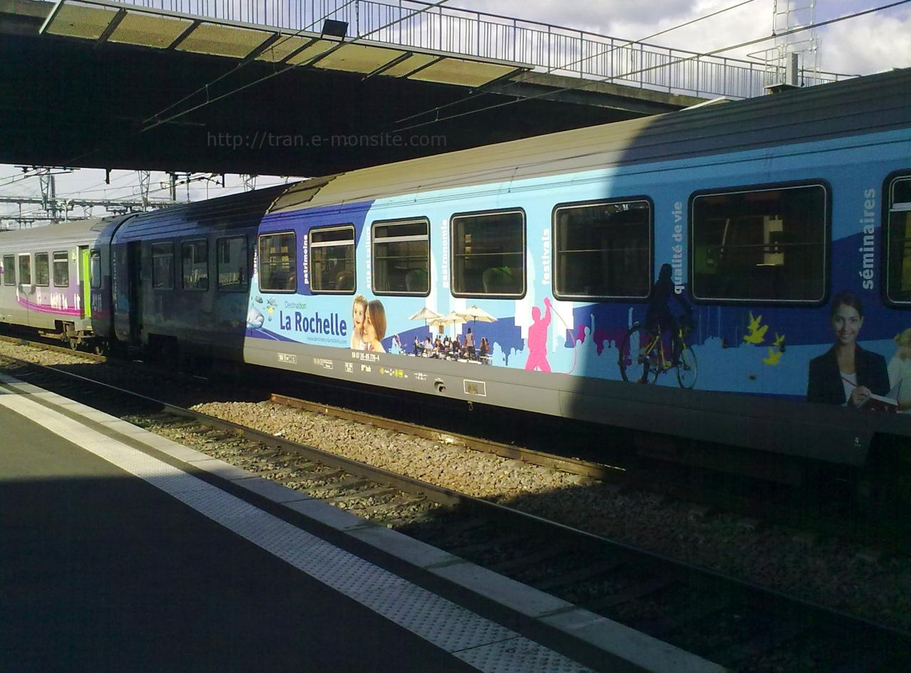 """Wagon corail intercité en gare de Bordeaux en habillage """"La Rochelle"""""""