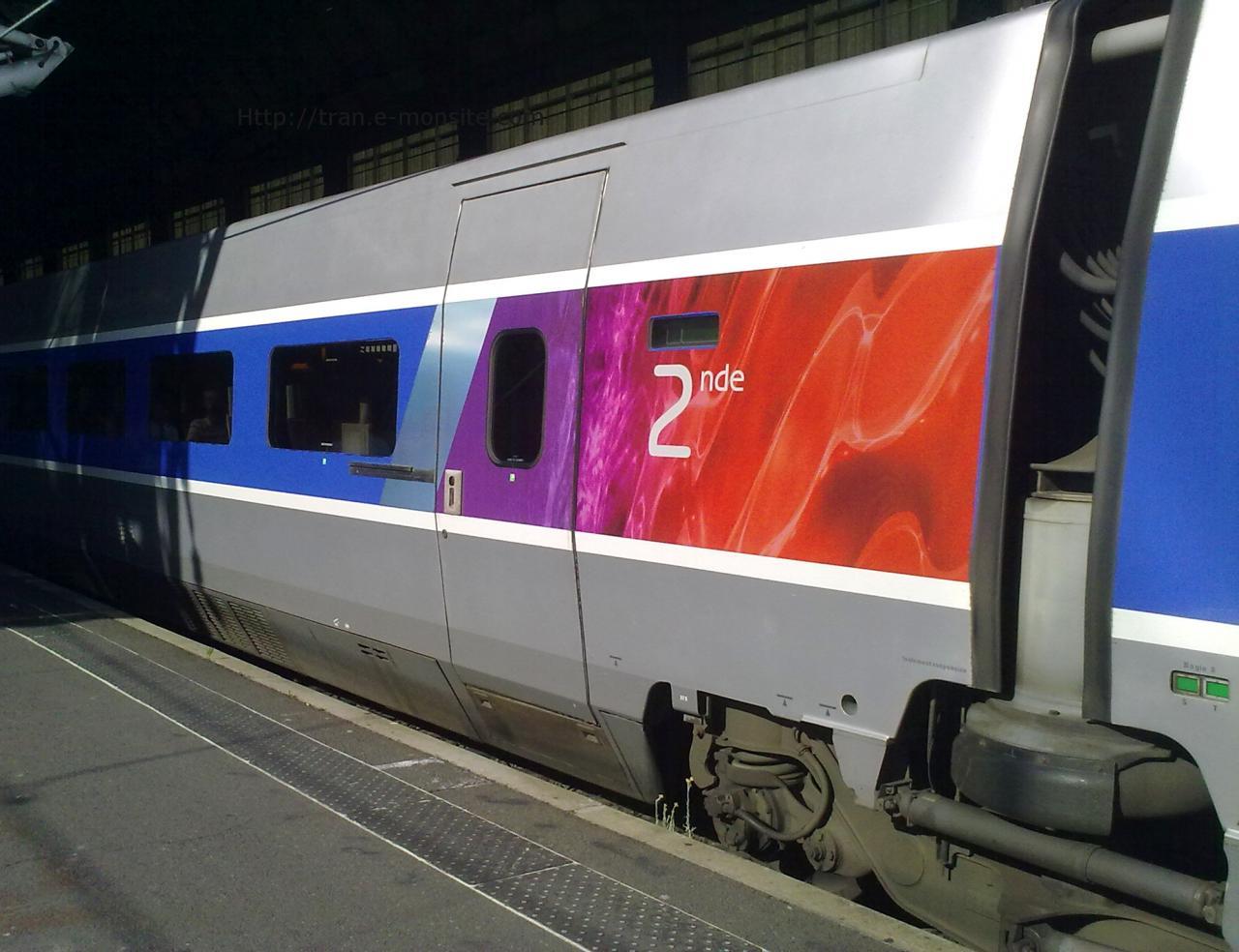 Voiture TGV 2eme classe relooké par Lacroix