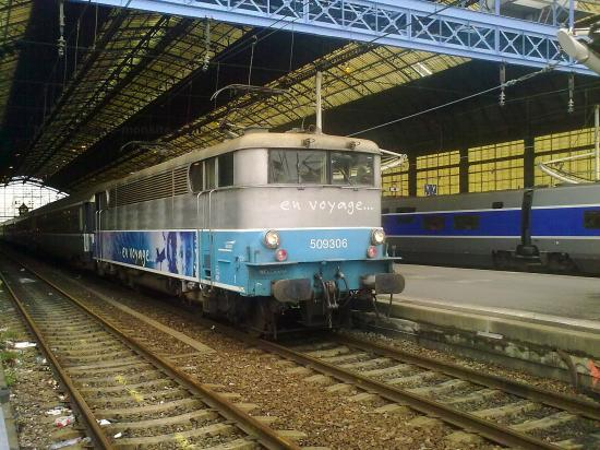 """BB 9306 en livré """"en voyage"""" en tête d'un TER Aquitaine"""