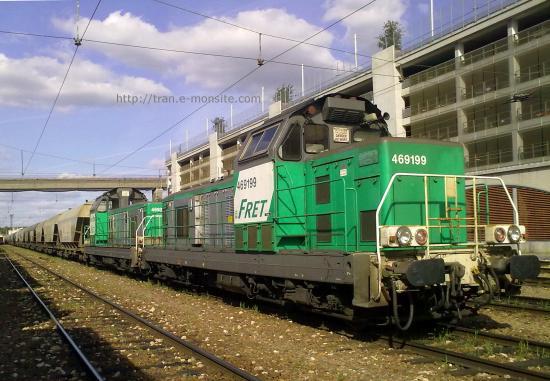BB 69199 en tête d'un train de céréales en gare de Poitier