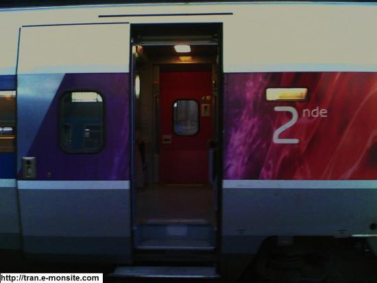 Voiture 2éme classe du TGV Atlantique 8444 relooké par Lacroix en gare de Bordeaux et à destination de Paris Montparnasse
