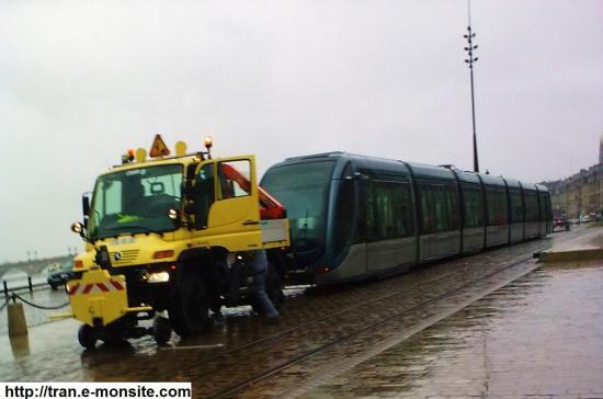 Véhicule rail route du réseau TBC tractant une rame en panne