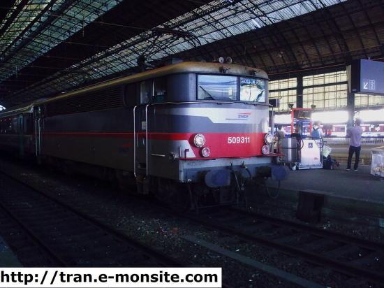 """BB 509311 en livrée """"Multiservices"""" en tête d'un train Corail"""