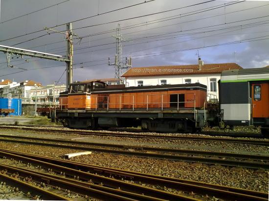 BB 64043 manoeuvrant une rame corail en gare d'Hendaye
