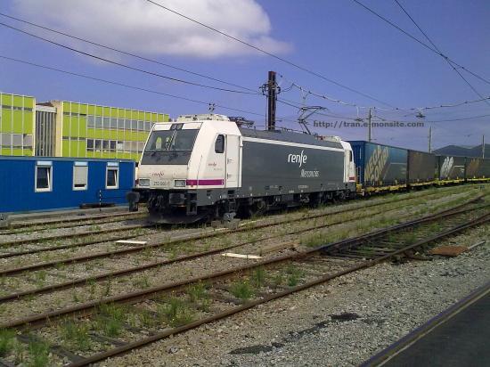 Locomotive 253 066-5 de la Renfe en gare de triage d'Hendaye