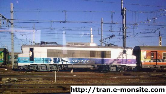 """BB 507286 en livrée """"en voyage"""" en tête d'un train Corail Té"""