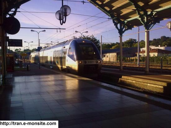 Autorail AGC B 81677 en provenance de Bordeaux et arrivant en gare d'A