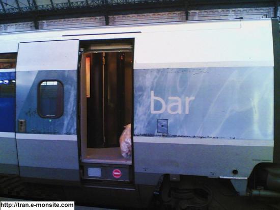 Voiture Bar du TGV Atlantique 8444 relooké par Lacroix en gare de Bordeaux et à destination de Paris Montparnasse