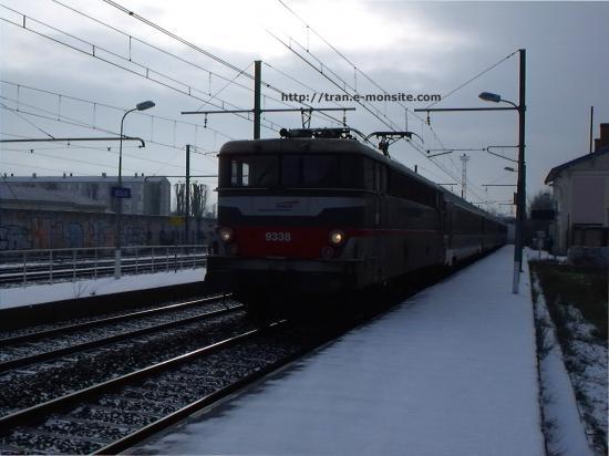 BB 9338 en livrée Multiservice en gare de Bègles en tête d'un train corail TER Aquitaine