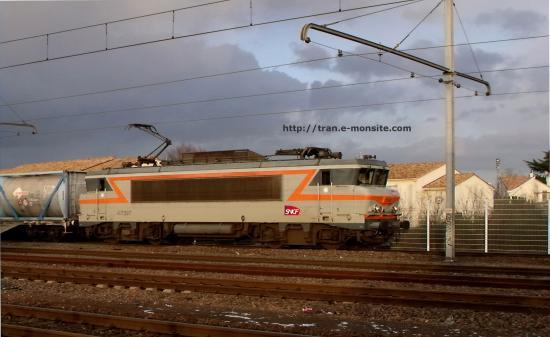 BB 7397 en tête d'un train de conteneurs