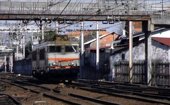 BB 7345 remorquant une BB 7300 en véhicule arrivant en gare de Bègles