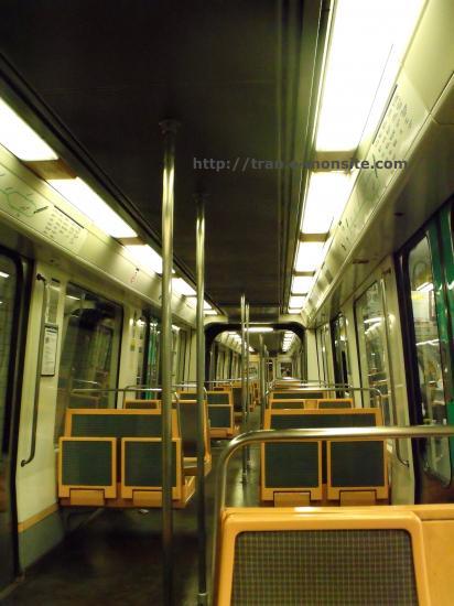 Intérieure du métro de paris ligne 7 bis
