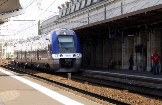 Autorail AGC B 76528 entrant en gare du Mans