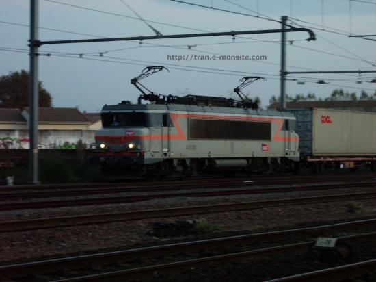 BB 7301 en tête d'un train de conteneurs quittant le triage d'Hourcade