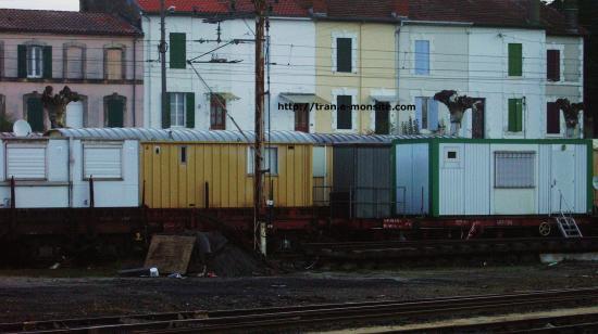Wagons de chantier avec bungalows en gare de Dax le 5/12/2009