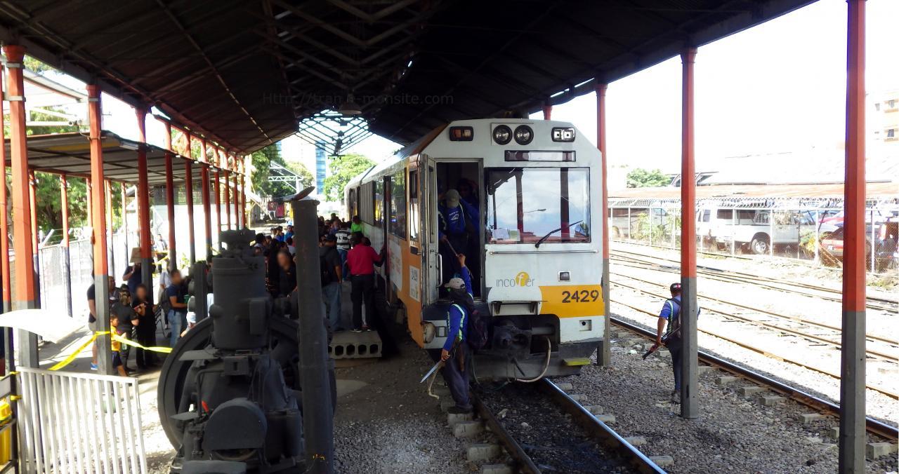 Train de banlieue en gare de San José au Costa Rica