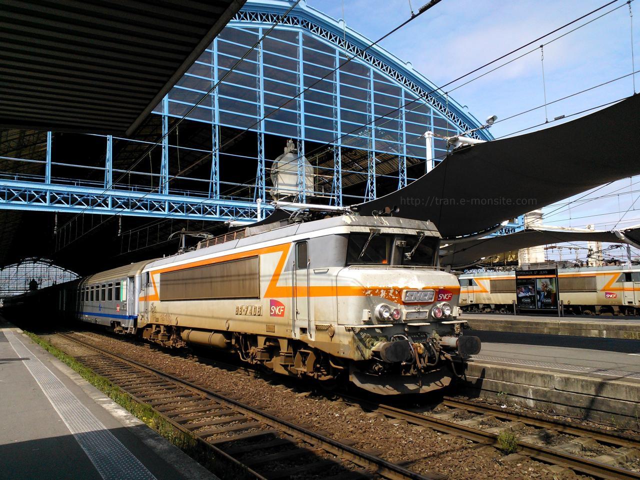 Locomotive BB 7408 en tête d'un TER Aquitaine pour Hendaye le 26/06/13