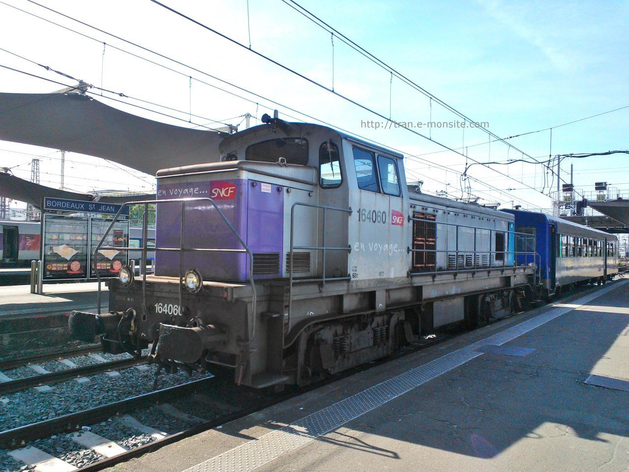 """BB 64060 en livrée """"en voyage"""" manoeuvrant une rame TER Aquitaine"""