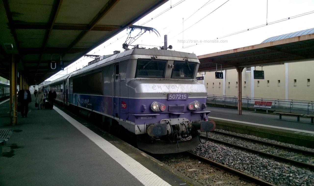 BB 7215 en tête d'un Intercité en gare de Lourdes