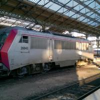 BB 26043 en livré carmillon en manœuvre en gare de Tours