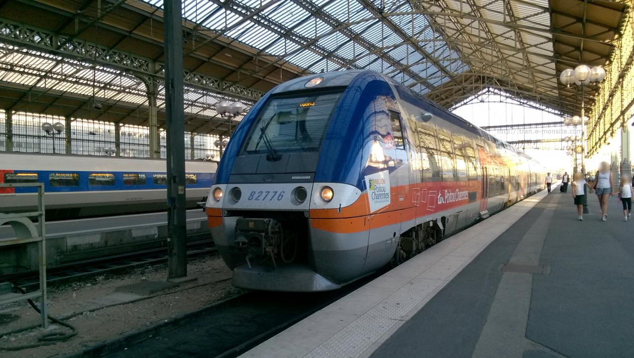 Ter Poitou Charentes AGC B 82776 en gare de Tours