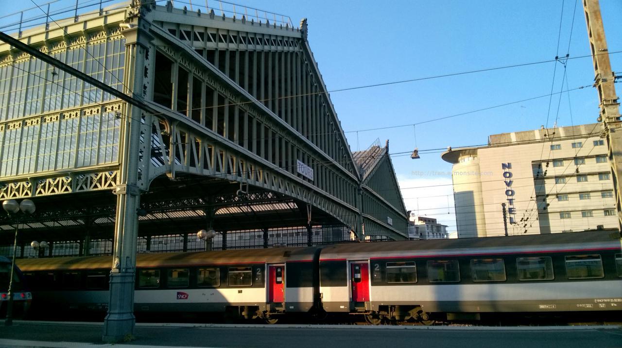 Wagons corail en livrée carmillon en gare de Tours