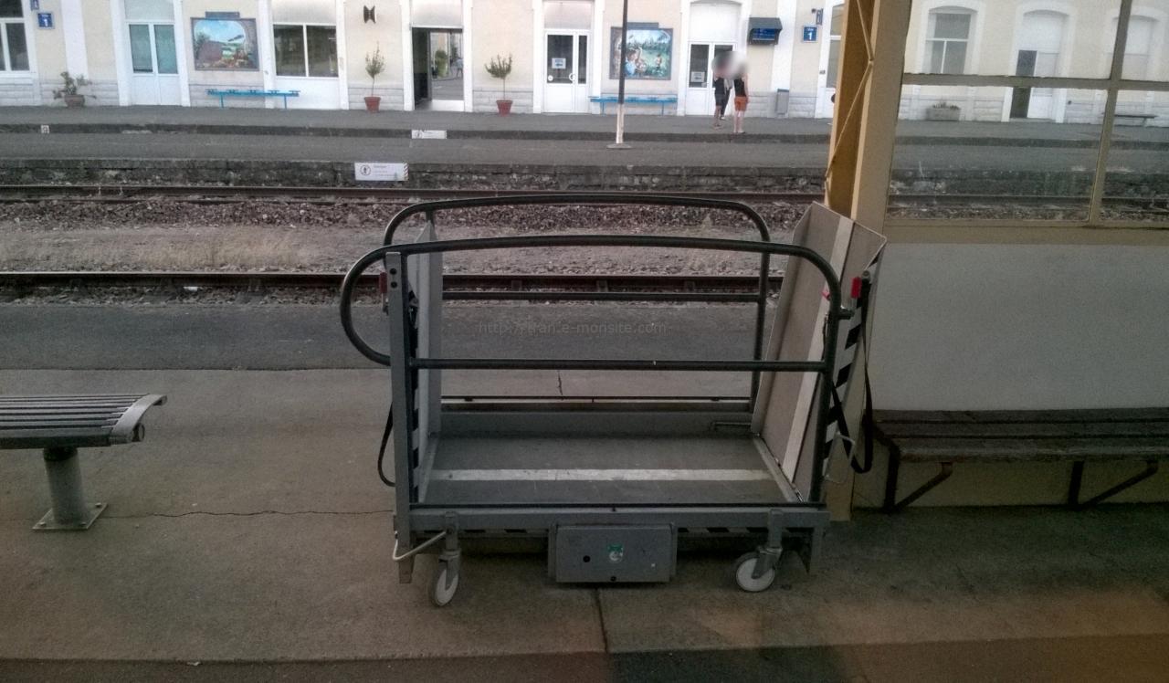 Rampe d'accès aux trains pour personnes à mobilité réduite