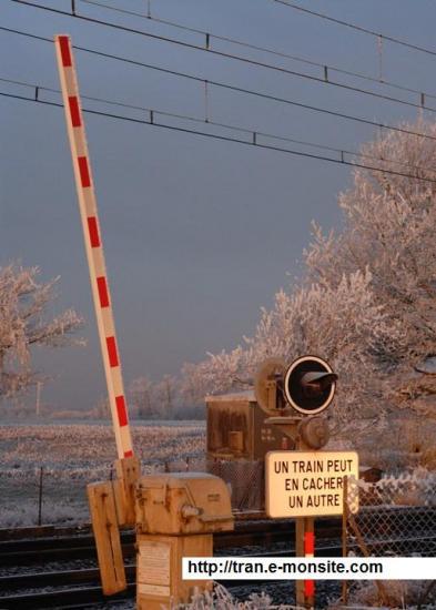 En quelle année a était mis en service le 1er avertisseur électrique de passage à niveau?